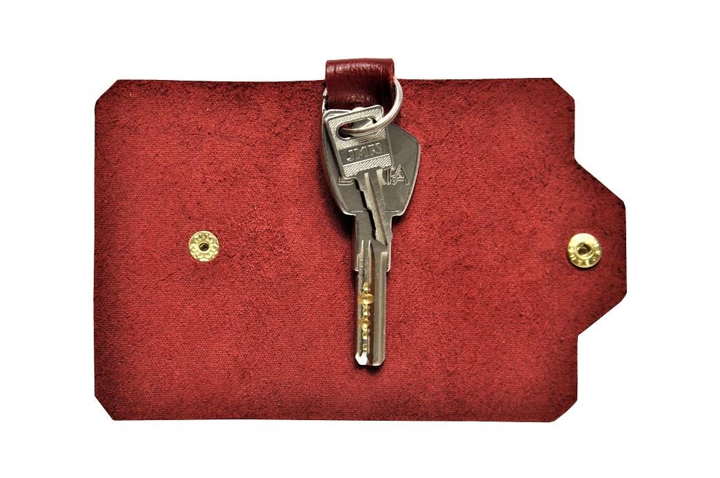 czerwone etui na klucze ze skory z kluczami malyB